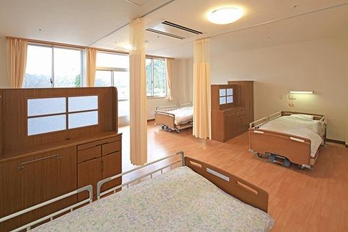 介護老人保健施設 エスペラル摂津(介護職/ヘルパーの求人)の写真1枚目:居室(4人部屋)
