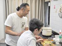 茶話本舗デイサービスあかね亭の写真1枚目:一緒に料理をすることも、介護の1つです。