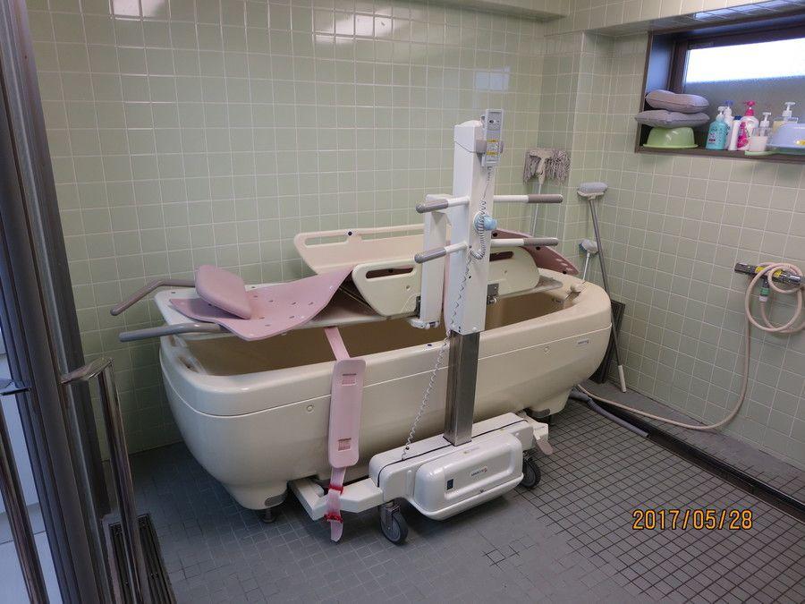 ライフコート西寺尾(管理職(介護)の求人)の写真6枚目:寝たきりの方のための機械浴槽になります。スタッフ2名体制で行います。