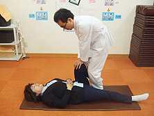 ふじた整骨院(柔道整復師の求人)の写真:股関節矯正です。比較的短期間でこの施術方法は習得可能です。