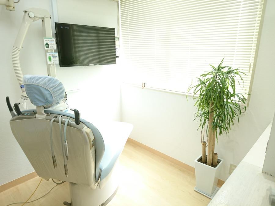医療法人社団 笹山歯科医院の写真4枚目:優しい日の光が差し込む診療スペース 全ユニットに口腔外バキュームを装備しています