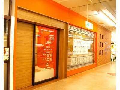 北広島駅前歯科クリニック(歯科助手の求人)の写真1枚目:オレンジと茶色の壁が印象的な入り口