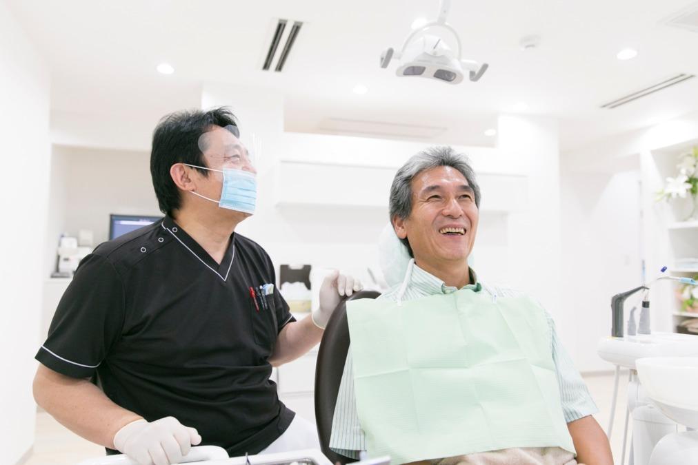 笠原デンタルオフィス(歯科衛生士の求人)の写真:院長の診療風景