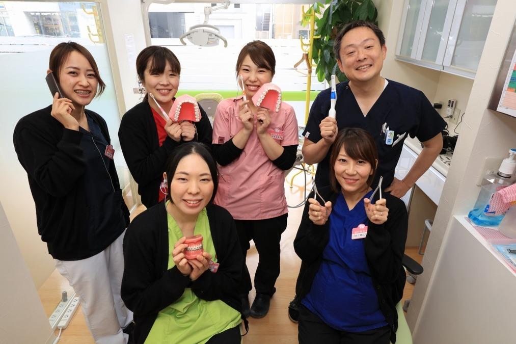 医療法人 仙台東口矯正歯科(歯科衛生士の求人)の写真1枚目:スタッフ集合写真