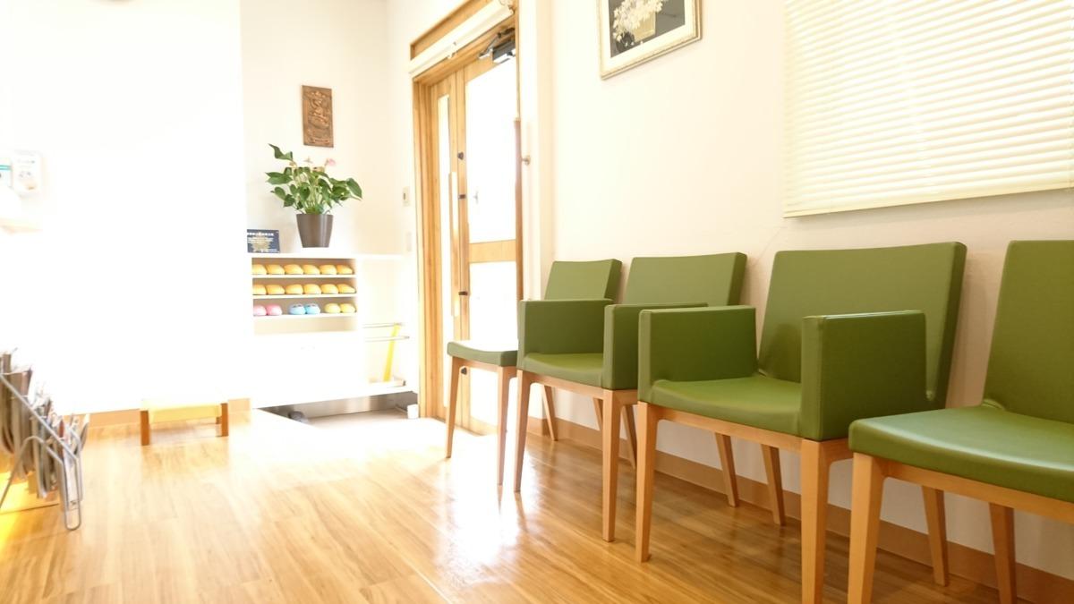 医療法人社団 笹山歯科医院の写真2枚目:木のぬくもりを感じる待合室。アロマが香ります。