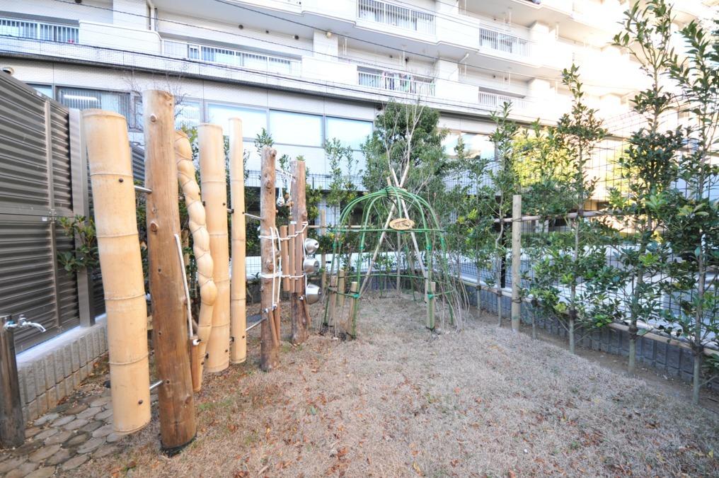 グローバルキッズ西大島園の写真1枚目:遊び心のある園庭で子ども達と一緒に遊びませんか?
