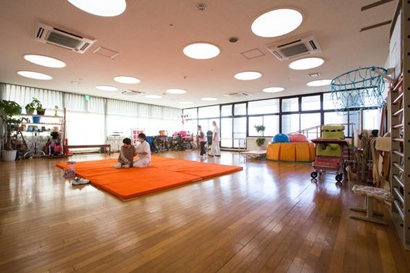 重症心身障害児施設 はまゆう療育園(介護職/ヘルパーの求人)の写真2枚目:園生様を支えるための訓練室です。