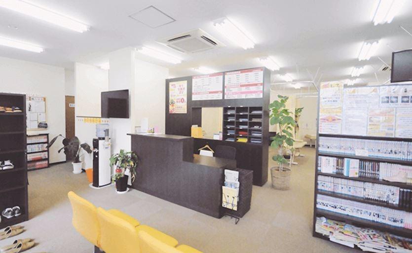 多賀はりきゅう整骨院(鍼灸師の求人)の写真2枚目:待合室は、患者様が退屈しない空間づくりを心がけています