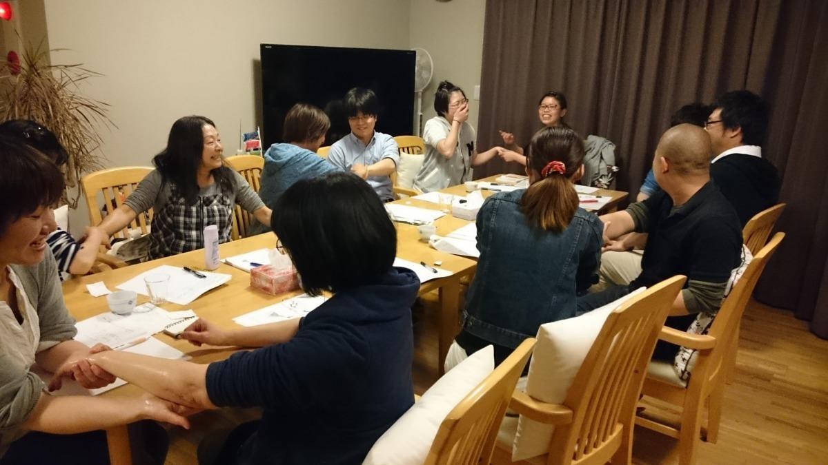 小規模多機能ホーム あん矢倉の写真1枚目:社内研修の様子 ハンドマッサージ