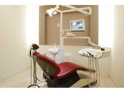 ホワイトブライトデンタルオフィス(歯科医師の求人)の写真4枚目:プライバシーに配慮した診療室