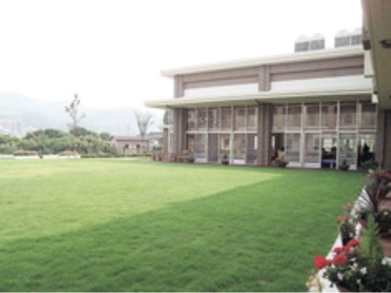 ふくよかケアプラザ 太平寺の森(看護師/准看護師の求人)の写真:キレイに整備された芝生と花畑に、ウッドデッキもあるゆったりとした施設です