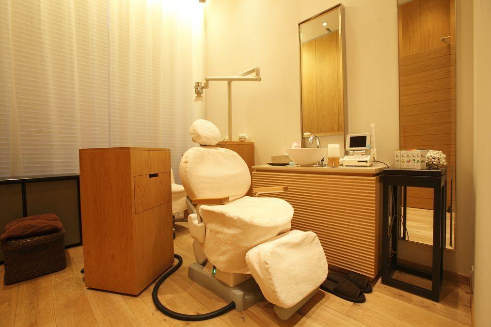 BIG DENTAL OFFICE(歯科衛生士の求人)の写真1枚目:診療室は、エステのような落ち着いた雰囲気です
