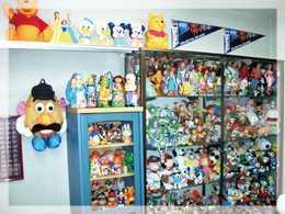 こしだ歯科医院(歯科医師の求人)の写真2枚目:展示されたおもちゃはテレビで何度も紹介されました