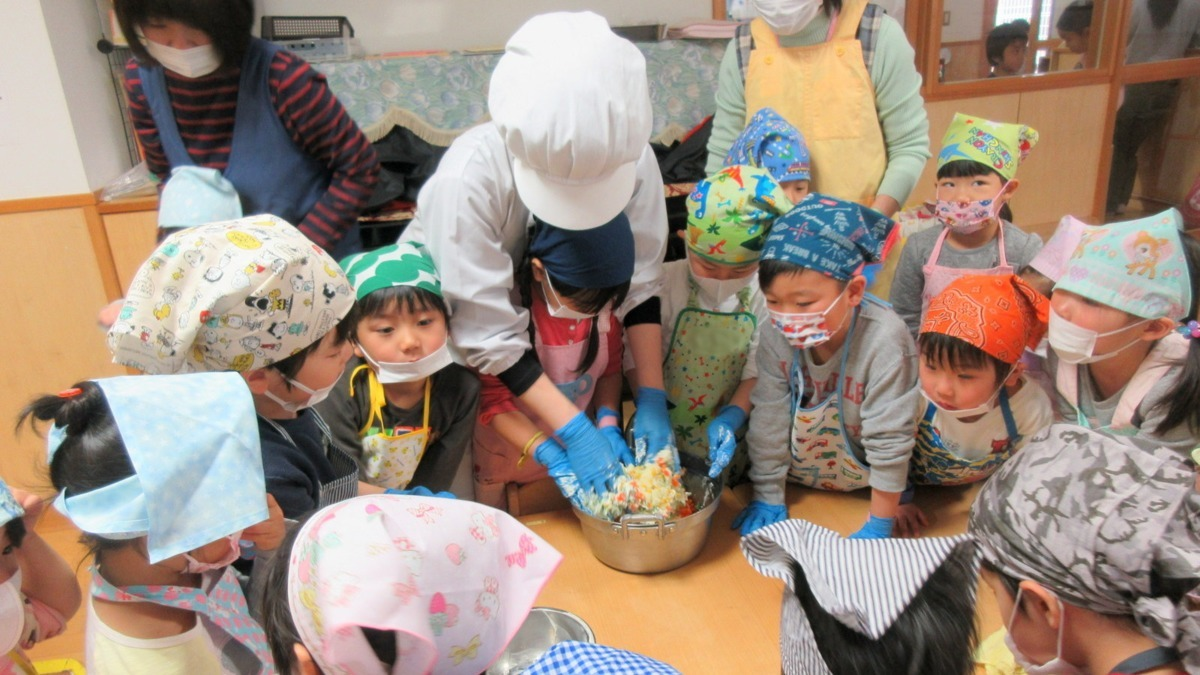 Poco a Poco保育園(管理栄養士/栄養士の求人)の写真:調理師の指導による食育体験を通して、食への知識と大切さを学びます。