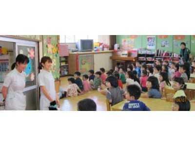 岡矯正歯科(医療事務/受付の求人)の写真1枚目:幼稚園での歯科検診、園児にパペット劇を見せ診療前のスムーズな導入を図る