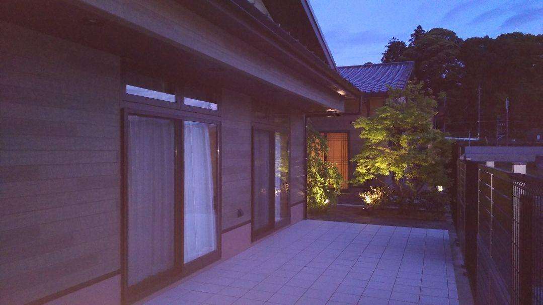 グループホーム織りがみ川島(介護職/ヘルパーの求人)の写真3枚目:夜間も中庭がライトアップ。紅葉や季節の感じさせる周囲の環境があります。