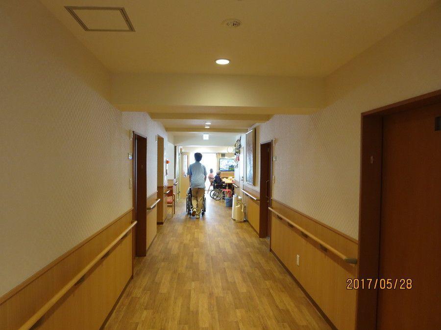 ライフコート西寺尾(管理職(介護)の求人)の写真3枚目:木目調の廊下で、温もりある空間です。