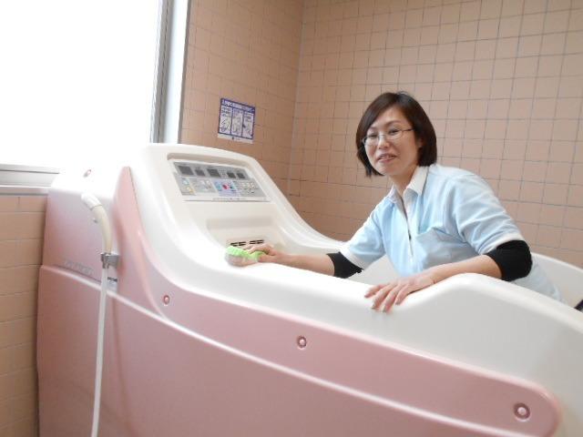 あずみ苑ラ・テラス庄和(介護職/ヘルパーの求人)の写真5枚目:気持ちよく入浴していただけるよう心を込めて清掃しています