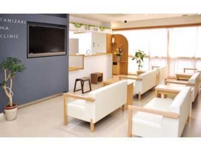 日赤通り谷崎MAクリニック(医療事務/受付の求人)の写真2枚目:広々とした待合室と明るい受付