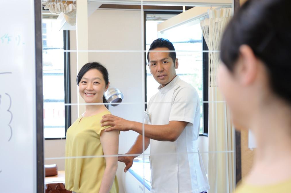 東戸塚ゆ〜かり整骨院(柔道整復師の求人)の写真1枚目:鏡で患者様と姿勢を確認。姿勢改善で痛みのでない身体作りを提唱しています。