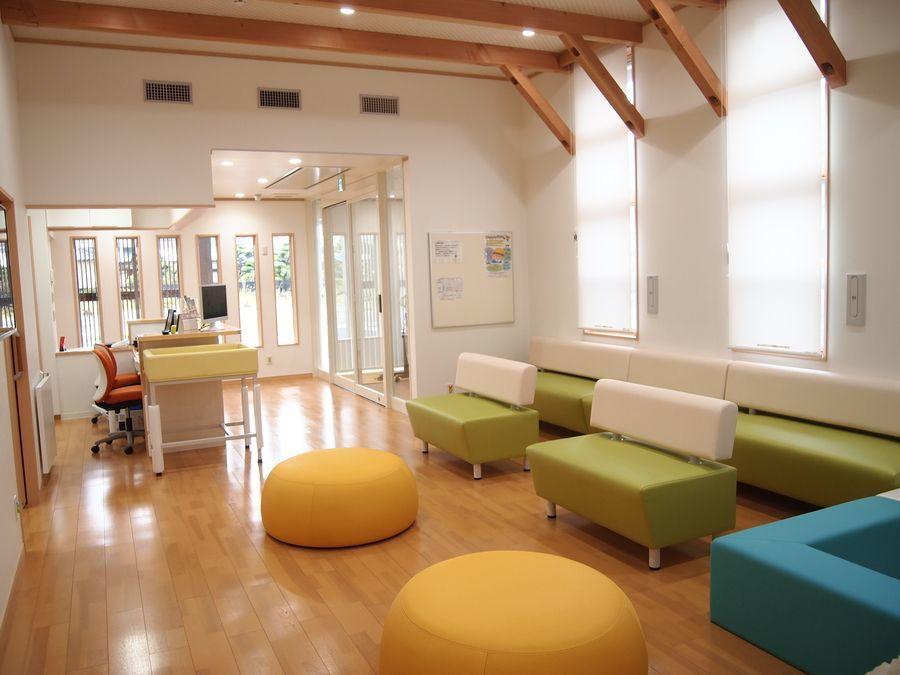 オーシャンキッズクリニック(医療事務/受付の求人)の写真7枚目:明るく開放的な待合室