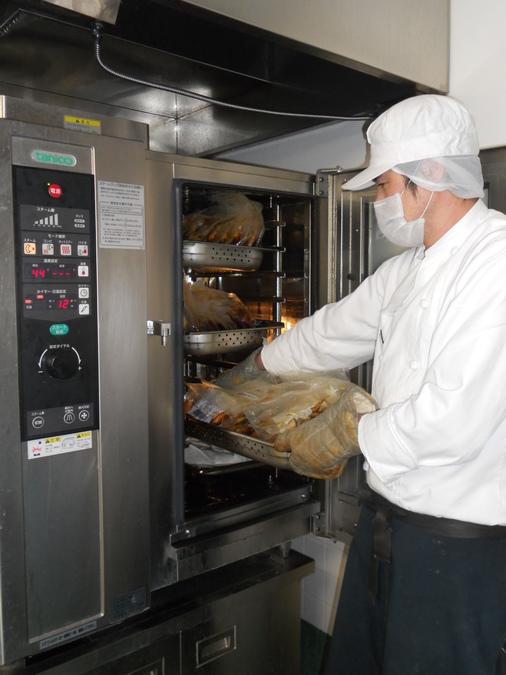 株式会社ホームラン・システムズ さんすまいる唐原内の厨房(管理栄養士/栄養士の求人)の写真:調理は万能調理機・・スチームコンベクションオーブンをフル活用。