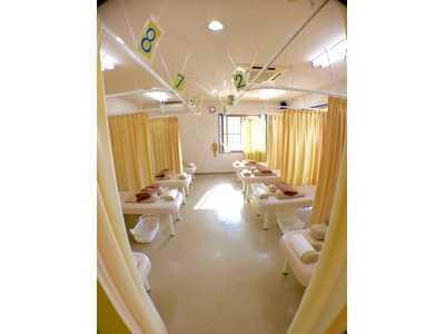 すずらん接骨院(あん摩マッサージ指圧師の求人)の写真:施術室も広く、開放的な気分で働いていただけます