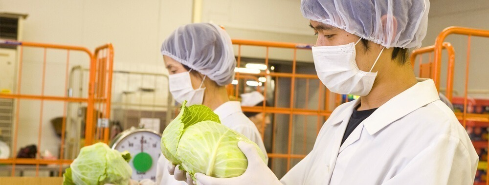 東住吉マルタマフーズ株式会社 介護老人保健施設ケアスポット梅津内の厨房(調理師/調理スタッフの求人)の写真1枚目:美味しく安全な食事提供のため、徹底した品質管理を行っています