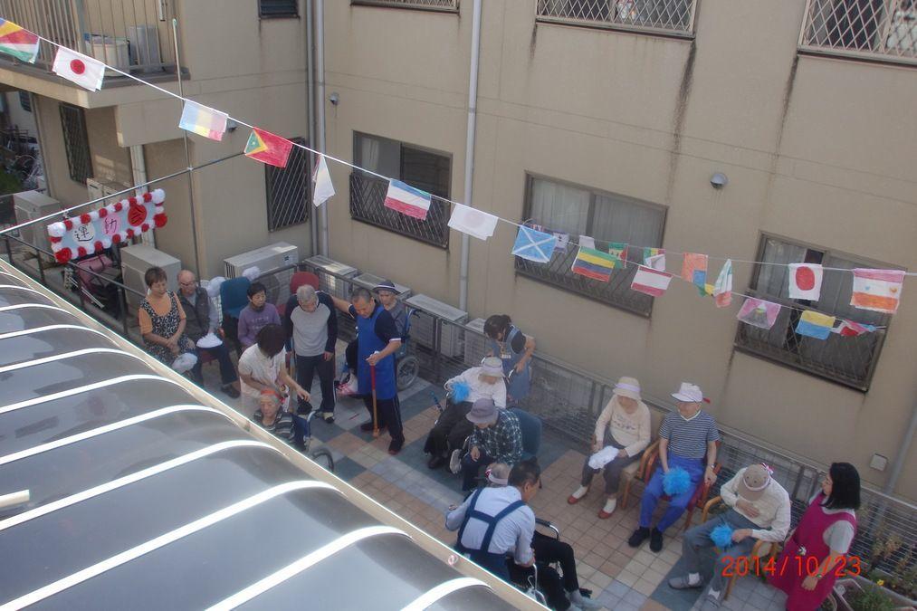 グループホーム虹色(介護職/ヘルパーの求人)の写真6枚目:運動会の様子を2階から撮影。みなさん負けん気はまだまだ健在でした。(^_^)