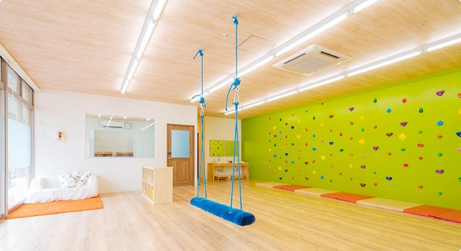 UNICO新宮教室(児童発達支援管理責任者の求人)の写真1枚目:子どもたちが思いきり楽しめる、開放感のあるプレイルーム