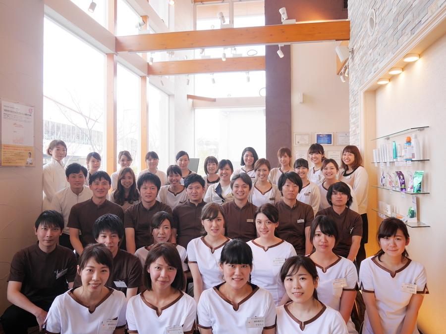 医療法人隆歩会あゆみ歯科クリニック松井山手の写真1枚目:2017年の入社式の様子。幅広い年齢層のスタッフがいますが、みんな仲が良いです!