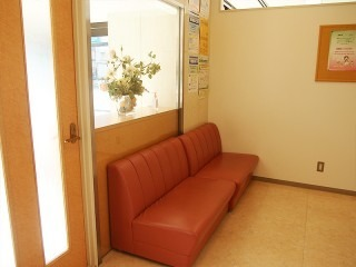 浦和中央歯科クリニック(歯科衛生士の求人)の写真:明るい待合室