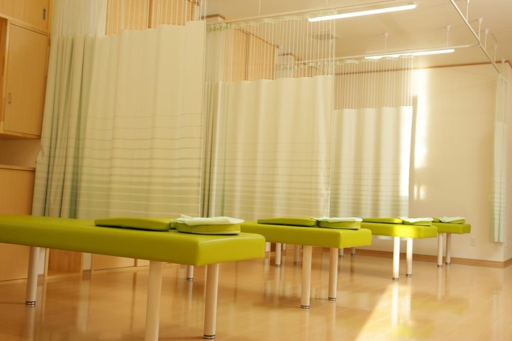 あいさわ整骨院・はりきゅうマッサージ院(理学療法士の求人)の写真1枚目:綺麗な清潔感のある広い院内。