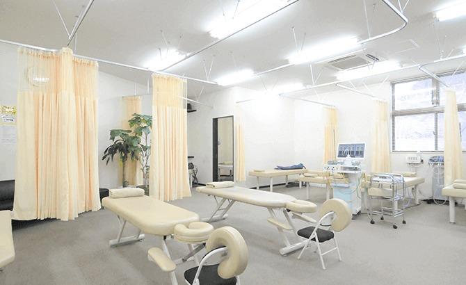 多賀はりきゅう整骨院(鍼灸師の求人)の写真3枚目:広々とした治療室です