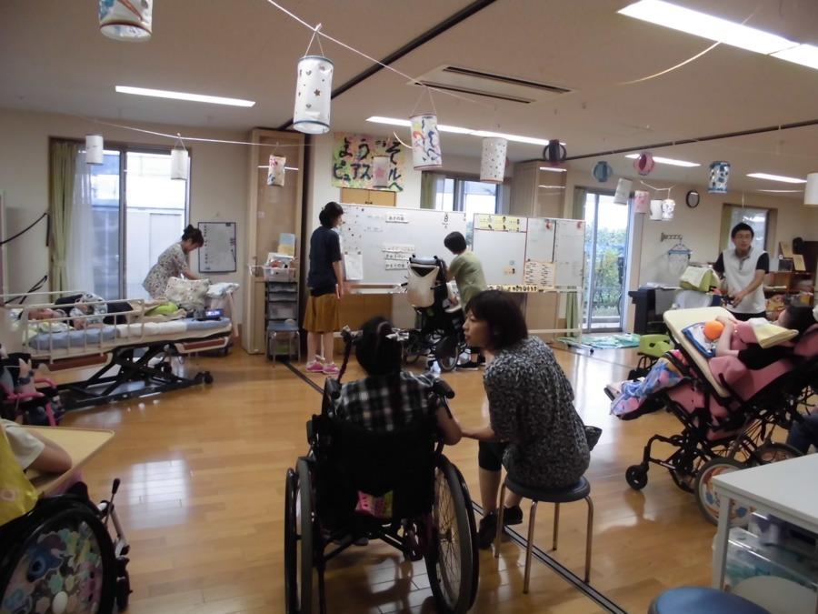 生活介護事業所ピュア・スマイルの写真1枚目:  広く明るい活動室で様々な活動に取り組んでいます