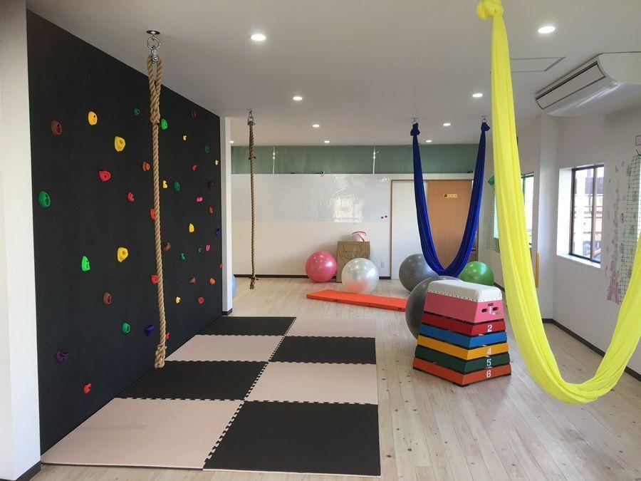 キッズボンド羽島の写真1枚目:運動療育に必要な様々な遊具を取り揃えています。床面はアロマ効果もあるひのき張りです。
