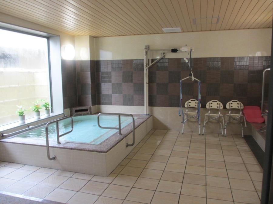 ラ・ナシカ うえだ(介護職/ヘルパーの求人)の写真4枚目:浴室は特殊浴槽ではなく、職員の介助にて入って頂けるような作りになっています♪