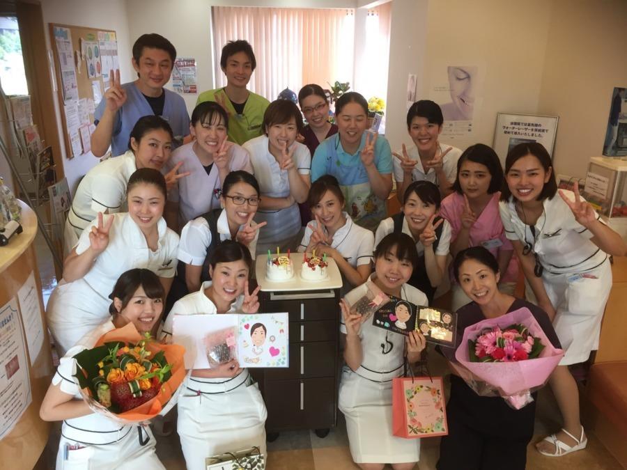 山口歯科クリニック(歯科助手の求人)の写真:大切な仲間のお誕生日、笑顔でお祝いします。