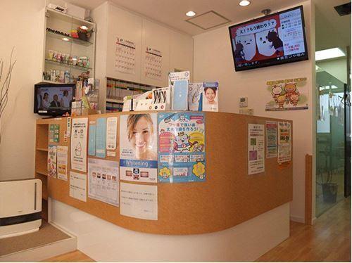 澤野歯科クリニック(歯科助手の求人)の写真2枚目:待合室には、テレビ・お子様の観賞できるDVD・雑誌・新聞・マンガなどをご用意♪お待ちいただく時間も快適に心がけております
