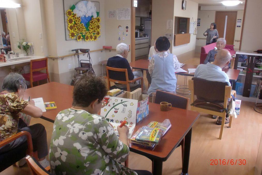 グループホーム虹色(介護職/ヘルパーの求人)の写真5枚目:午後のレクリエーション。何をつくっているのでしょうか?楽しそうでした。