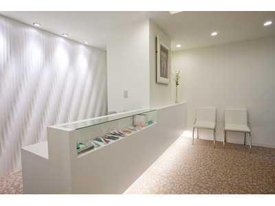 ホワイトブライトデンタルオフィス(歯科医師の求人)の写真3枚目:柔らかな光に包まれた待合室