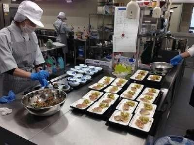 株式会社ホームラン・システムズ 特別養護老人ホームむさし苑内の厨房(管理栄養士/栄養士の求人)の写真:調理師、調理補助のパートさんと真心を込めて盛付します