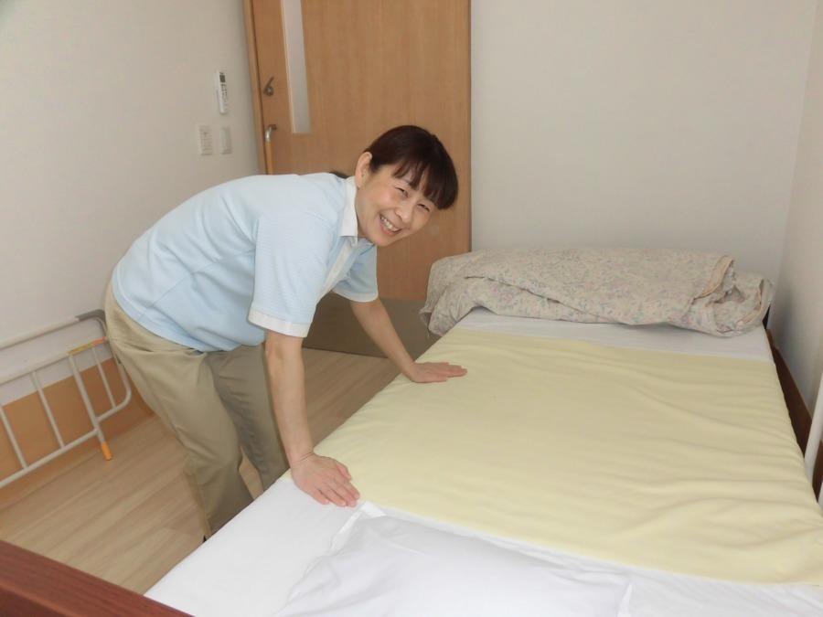 あずみ苑ラ・テラス庄和(介護職/ヘルパーの求人)の写真4枚目:利用者様が気持ちよく過ごせるよう、ベッドメイキングもきっちり綺麗に!