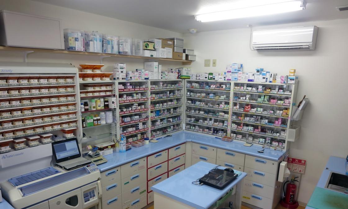 アクア薬局 花みずき通店(医療事務/受付の求人)の写真:青と白の清潔感のある調剤室です。