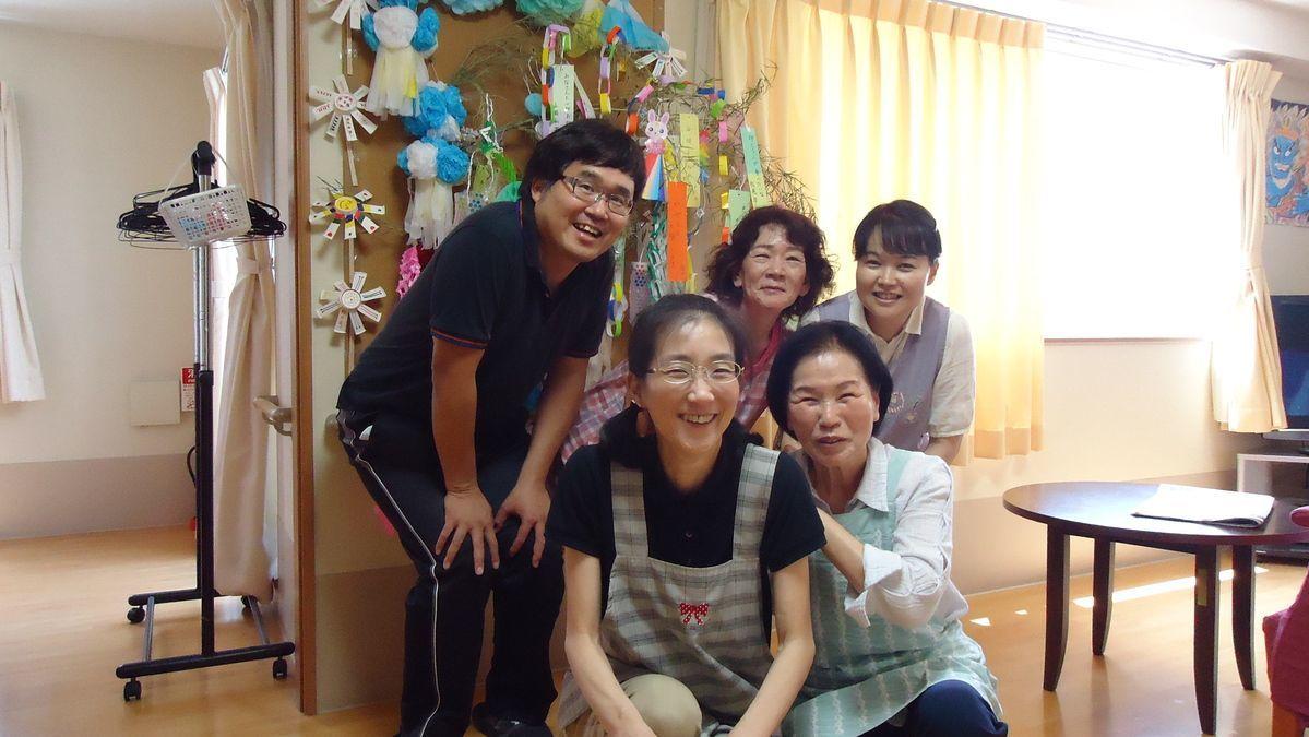 グループホーム虹色(介護職/ヘルパーの求人)の写真1枚目:笑顔あふれる職員たち。やさしさも満ち溢れてくるようです。
