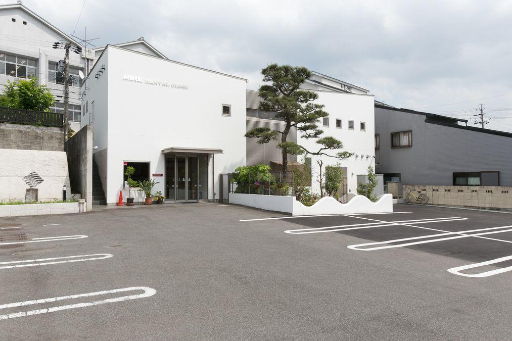 峰歯科・矯正歯科クリニック(歯科医師の求人)の写真1枚目:オシャレな外装と、広い駐車場が当院の売りです。