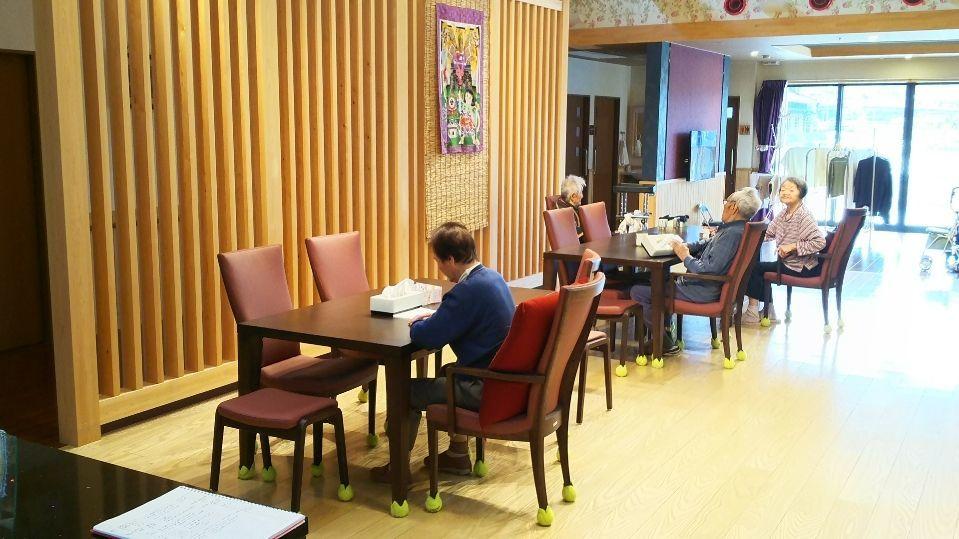 グループホーム織りがみ川島(介護職/ヘルパーの求人)の写真2枚目:明るく、広いリビング