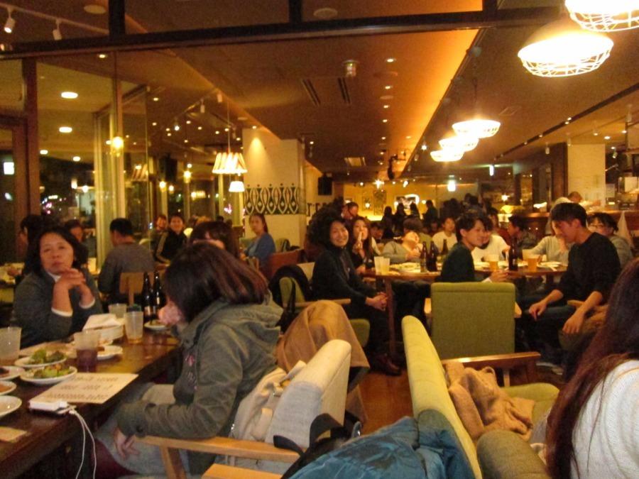 シクロつるみばし(介護職/ヘルパーの求人)の写真1枚目:なんばのカフェを貸し切っての新人歓迎会の様子です