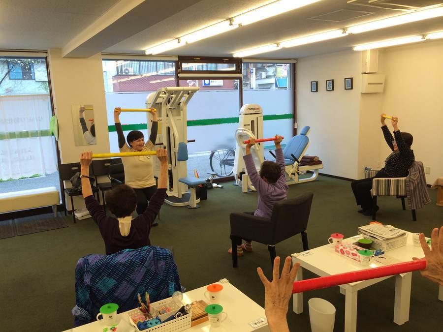 リハビリ特化型デイサービスfureai港南台店(介護職/ヘルパーの求人)の写真3枚目:マシンを利用したリハビリからゆったり体操まで幅広く行っています