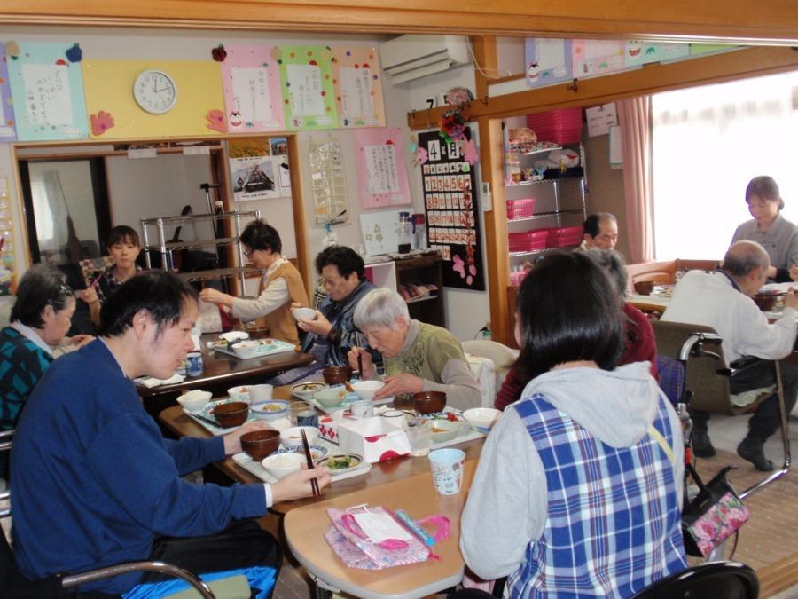 デイサービスみんなの家(介護職/ヘルパーの求人)の写真1枚目:       昼食の様子